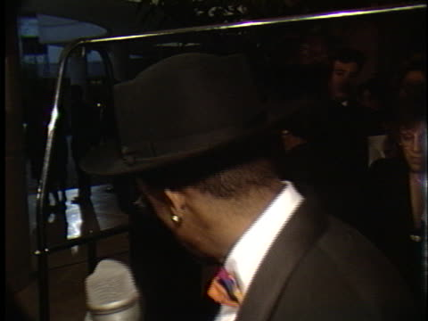spike lee at the golden globes 1990 at beverly hilton - ausrutscher stock-videos und b-roll-filmmaterial