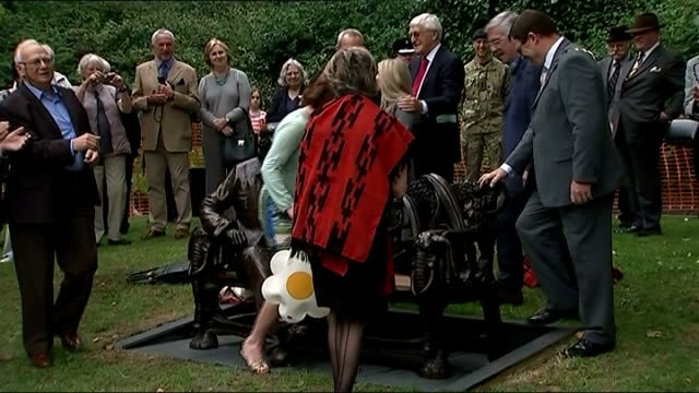vídeos de stock, filmes e b-roll de spike milligan statue unveiled in finchley; england: london: finchley: ext gvs celebrities and others gathered round covered statue / celebrities... - denis norden