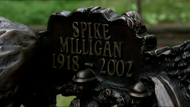 stockvideo's en b-roll-footage met spike milligan statue unveiled in finchley gvs of statue / gvs terry gilliam with statue / gvs statue and bench detail - terry gilliam