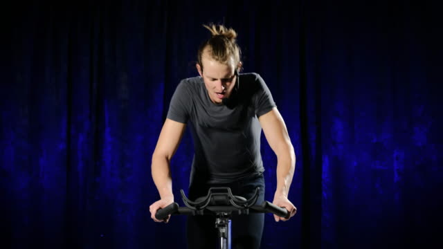 spin-bike instructor - ausbilder stock-videos und b-roll-filmmaterial
