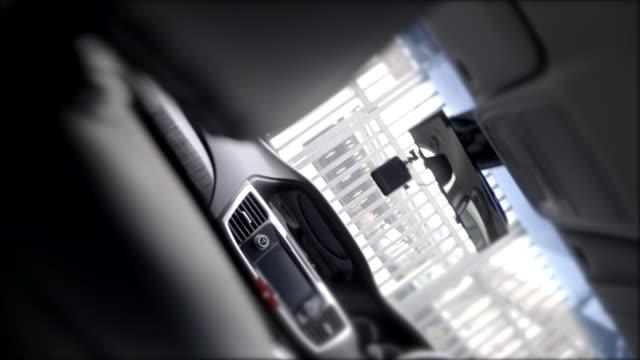 spin down girato personal auto all'interno, pulito nero alla cura dell'auto. - interno di veicolo video stock e b–roll