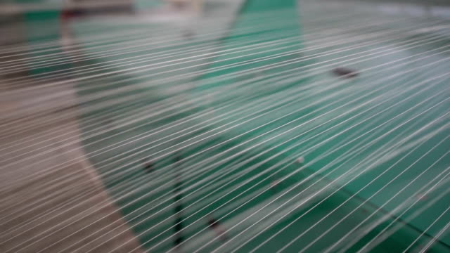 broche avec du fil blanc dans l'usine de jean
