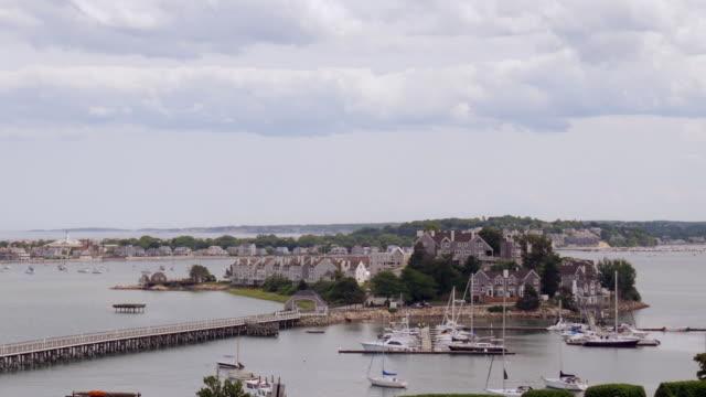 vídeos de stock e filmes b-roll de spinnaker island on hull, ma time-lapse day zoom in - ancorado