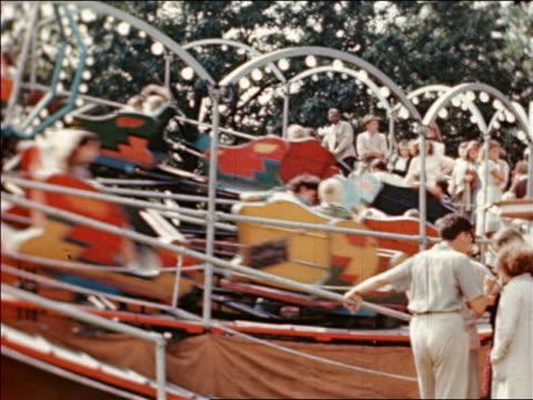 vidéos et rushes de 1946 spinning amusement park ride at state fair / industrial /audio - fête foraine
