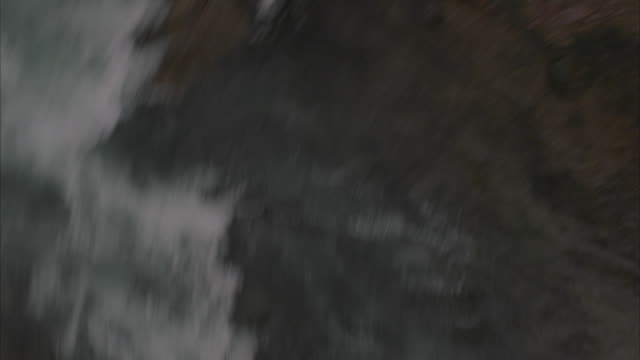 vídeos y material grabado en eventos de stock de pov spinning and falling from bridge towards river - puenting