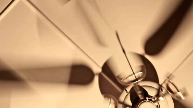 vídeos de stock, filmes e b-roll de giros ventilador de teto - ventilador de teto