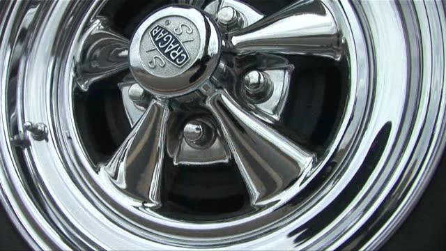 cu spinning chrome wheel/ scottsdale, arizona - rolling stock videos & royalty-free footage
