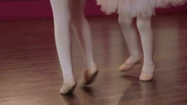 spinning during ballet class - 6 7 anni video stock e b–roll