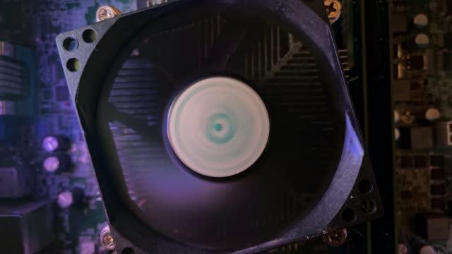 パーソナルコンピュータの回転ファン内部 - 中央演算処理装置点の映像素材/bロール