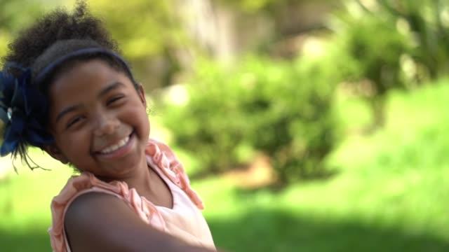 vídeos de stock e filmes b-roll de spinning girl - somente crianças
