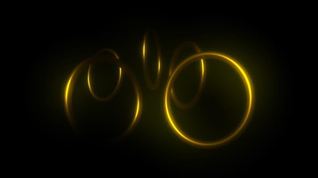 vídeos de stock e filmes b-roll de alianças de ouro anel rotativo - grupo médio de objetos