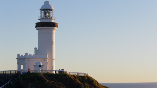 ms spinning light in white lighthouse / byron bay, nsw, australia - viewpoint stock videos and b-roll footage