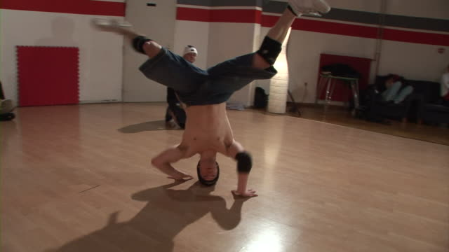 vídeos de stock e filmes b-roll de steadycam hd: girar sobre a cabeça - break dance