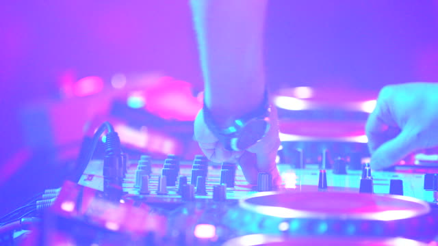 vidéos et rushes de dj spinning on turntables, montage - dj