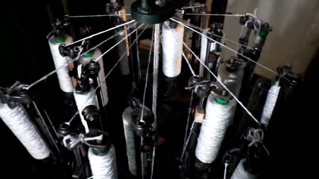 vídeos de stock e filmes b-roll de spinning production line factory - indústria têxtil