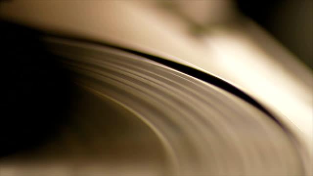 vídeos de stock e filmes b-roll de fiação de registo - disco audio analógico