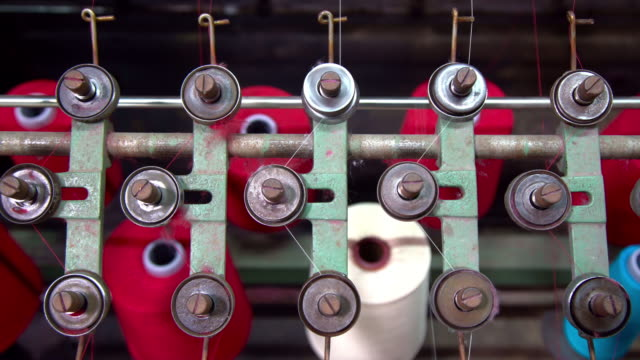 vidéos et rushes de spinning spools wheel of colourful threads on a loom machine. - fil mercerie