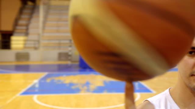 den ball drehen - basketball spielball stock-videos und b-roll-filmmaterial