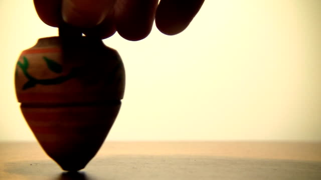 stockvideo's en b-roll-footage met spinning top - speelgoed