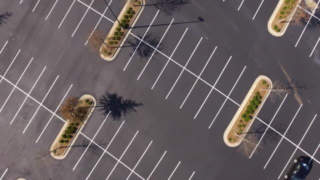 vídeos de stock, filmes e b-roll de girando acima do lote de estacionamento - enviesado