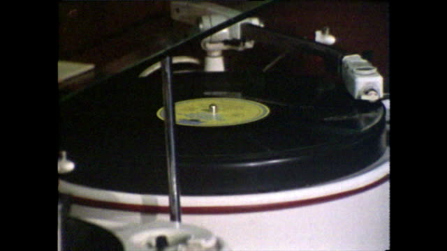 vidéos et rushes de spinning vinyl record player with cu of tonearm; 1970 - platine de disque vinyle