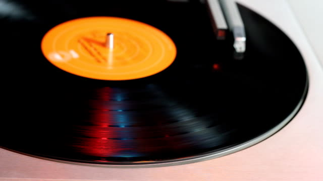 stockvideo's en b-roll-footage met spinning vinyl record - analog