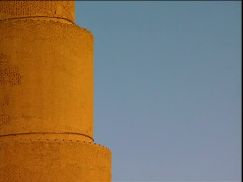 spiraling minaret (malwiyah) with spiral staircase against bright blue sky samara - minaret stock videos & royalty-free footage
