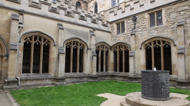 spire and cloister, christ church cathedral, oxford - oxford oxfordshire stock-videos und b-roll-filmmaterial
