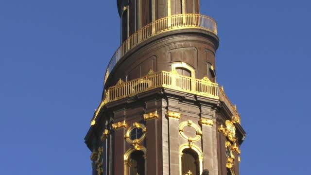 cu, tu, la, spire of church of our saviour (vor frelsers kirke) against blue sky, copenhagen, denmark - stilrichtung des 17. jahrhunderts stock-videos und b-roll-filmmaterial