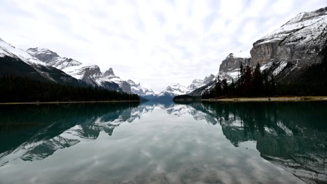 spirit island with canadian rockies and cloudy sky reflection on maligne lake in jasper national park - maligne river stock videos & royalty-free footage