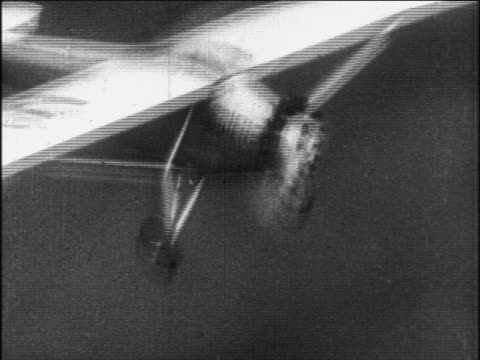 spirit of st louis flying / newsreel - 1927年点の映像素材/bロール