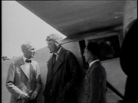 spirit of st louis landing / charles lindbergh is greeted by henry ford and others - 1928年点の映像素材/bロール