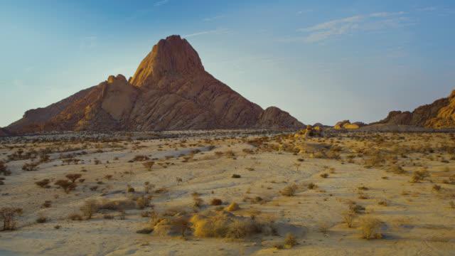 picco ws spitzkoppe nell'idilliaco deserto della namibia, namibia, africa - desert area video stock e b–roll