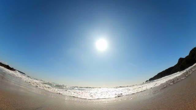 vídeos de stock, filmes e b-roll de respingos de onda e sol no céu azul - vitalidade