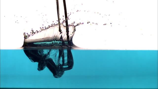 vídeos de stock, filmes e b-roll de splashes, then dilution occurs as a liquid hits a liquid. - tensão de superfície