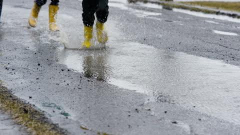 stänk i regnet - park bildbanksvideor och videomaterial från bakom kulisserna