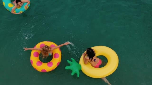 vídeos de stock e filmes b-roll de splashing in the water - empreendimento turístico