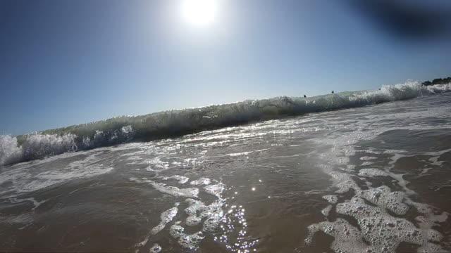 泡と泡で海水を飛び散らす - カスカイス点の映像素材/bロール