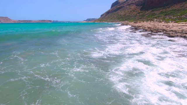 ターコイズの海のしぶき波。クレタ島、ギリシャ - 泡立つ波点の映像素材/bロール