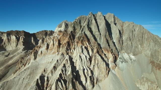 vidéos et rushes de split mountain's colorful northeast face. - dépression terrestre