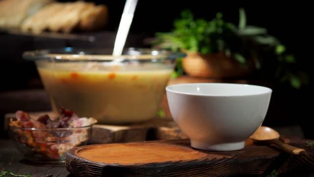vidéos et rushes de soupe aux pois cassés - bol à soupe