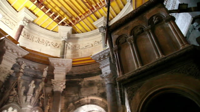 split, plalace of diocletian, interior view in the cathedral of saint domnius - ca. 7 jahrhundert stock-videos und b-roll-filmmaterial