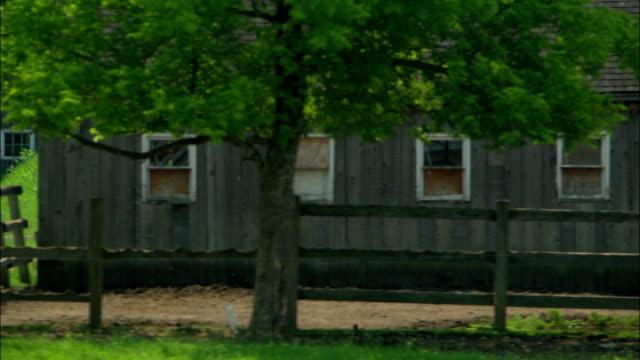 vídeos de stock e filmes b-roll de split rail fences surround houses and barns on the snyder estate. - vedação