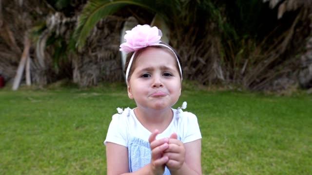 vídeos y material grabado en eventos de stock de niña malcriada fingiendo llorar y pidiendo atención - decepción