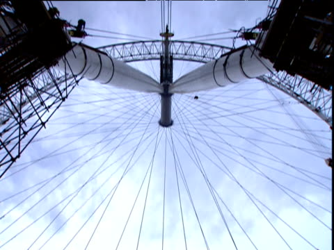 spokes and spindle of vertical london eye before pods are attached; 1999 - erektion stock-videos und b-roll-filmmaterial
