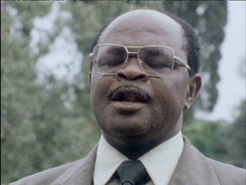 vídeos de stock e filmes b-roll de spokesman for opposition leader joshua nkomo's party comments on prime minister ian smith's attempts to integrate africans in rhodesia 1970s - porta voz masculino