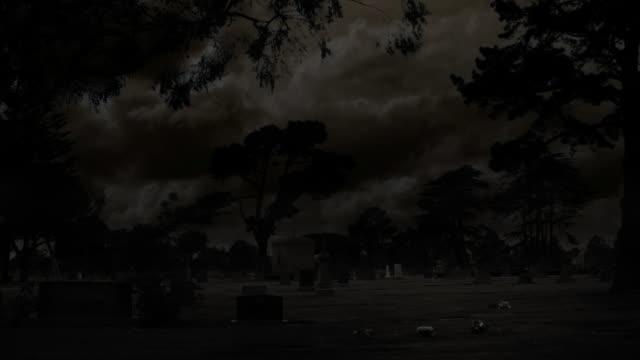 vídeos de stock, filmes e b-roll de cemitério assustador noite & relâmpago (hd - relâmpago em ziguezague