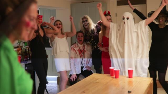 spooky party spiele - halloween stock-videos und b-roll-filmmaterial