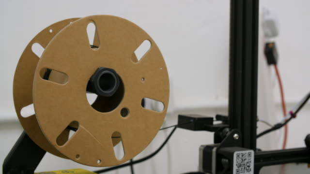vídeos de stock, filmes e b-roll de spool of plastic feeds into 3d printer - elemento de desenho