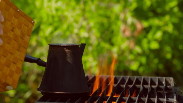 コーヒーのスプーンは、暖炉の上に鍋の調理に注ぎました